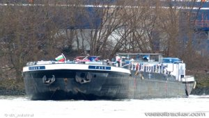 Tank barge grounded on the Elbe