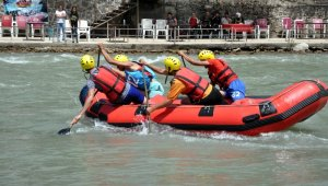 Rafting champions challenged by the waves