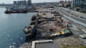 """The ghost ship """"Tallas"""" which was drifted ashore to be removed"""