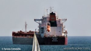 Disabled bulkcarrier towed to Cape Town