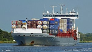 Disabled container ship towed to Brest