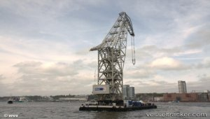 HHLA floating crane loads world's biggest ship propeller onto a vessel at the Port of Hamburg