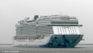 Largest cruise ship ever visits Vancouver - Video