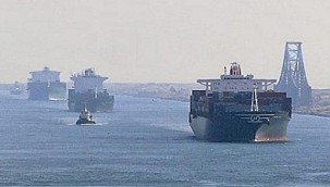 Containership Grounds in Suez Canal Briefly Interrupting Traffic!