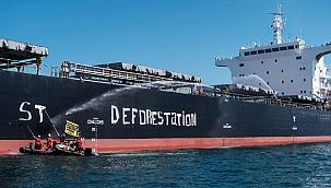 Activists blockade bulk carrier in France: