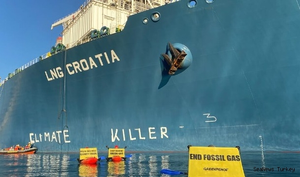"""Use of LNG protested by painting """"Climate Killer"""" on FSRU!"""